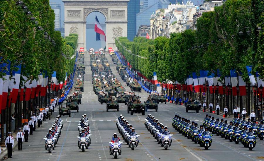Парад в день взятия Бастилии во Франции