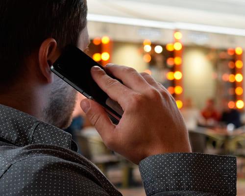 Парень разговаривает по телефону на французском