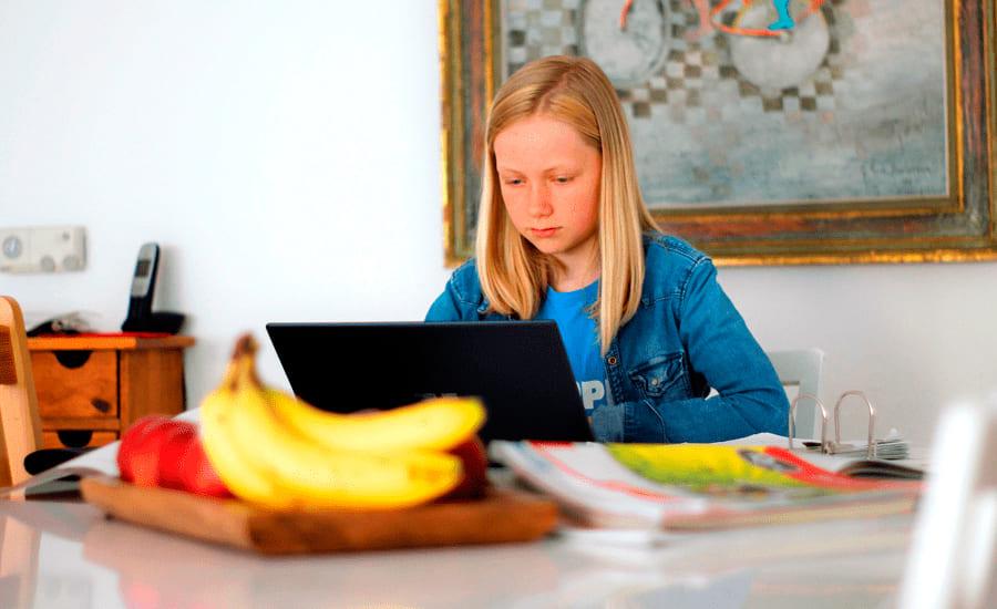 Девочка учит французский онлайн